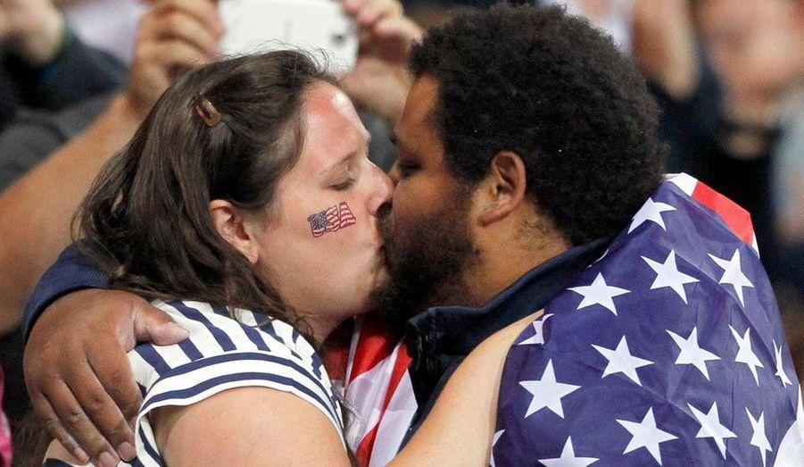 Le lanceur de poids américain Reese Hoffa embrasse sa femme Renata après sa troisième place lors de la finale, vendredi soir.
