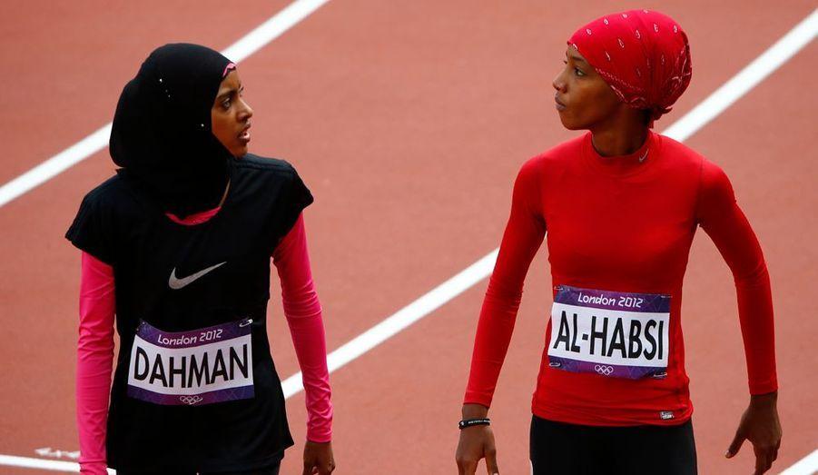 Shinoona Salah al-Habsi d'Oman et Fatima Sulaiman Dahman du Yémen, discutent après la série de qualification du 100 mètres.