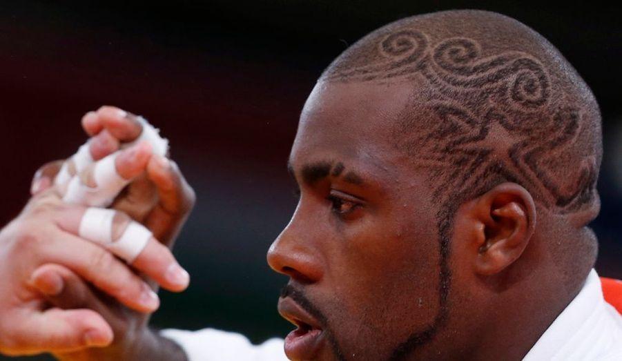 En piste pour un titre olympique dans la catégorie des super-lourds, le Français Teddy Riner arbore une coiffure tribale.