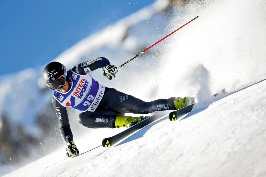 Cyprien Sarrazin (22 ans) Il est la fierté du village de Montmaur dans les Hautes-Alpes et son fan-club l'adule. Mais ses premiers soutiens ont été ses parents: «Je devrais inscrire papa et maman sur mon casque car ce sont mes principaux sponsors.» Cyprien a d'abord skié pour son plaisir, mais il a vite été évident qu'il était né pour le haut niveau. Le plus difficile reste de trouver ses sponsors. L'affaire est en partie réglée grâce au Dévoluy «Je suis autonome pour financer ma saison mais je ne gagne rien.» Sauf des titres...