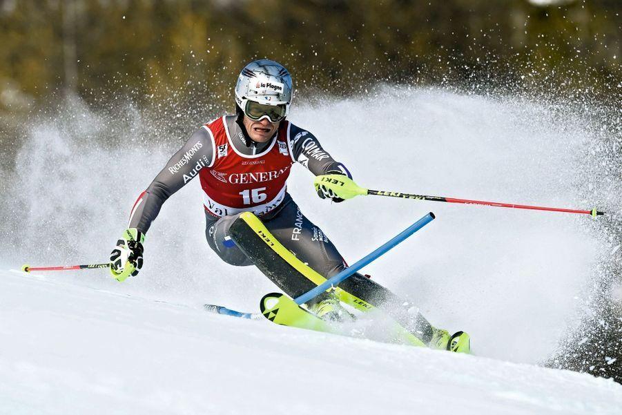 Julien Lizeroux (37 ans) Il ne veut surtout pas entendre parler de retraite. «Je continuerai tant que je m'éclaterai.» Pourtant, ce fils de guide de haute montagne et d'une monitrice de ski aurait pu désespérer tant il a subi des blessures à répétition. Mais rien n'a entamé sa détermination. «Je suis tenace, je n'abdique jamais.» Il fait l'admiration de ses pairs. Un membre de l'équipe de France avoue: «C'est presque un miracle qu'il soit encore là.» C'est-à-dire au sommet!