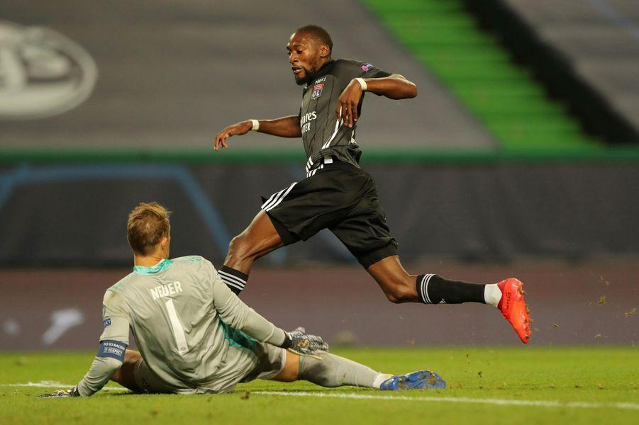 Toko Ekambi bute sur Manuel Neuer sur la grosse occasion lyonnaise.