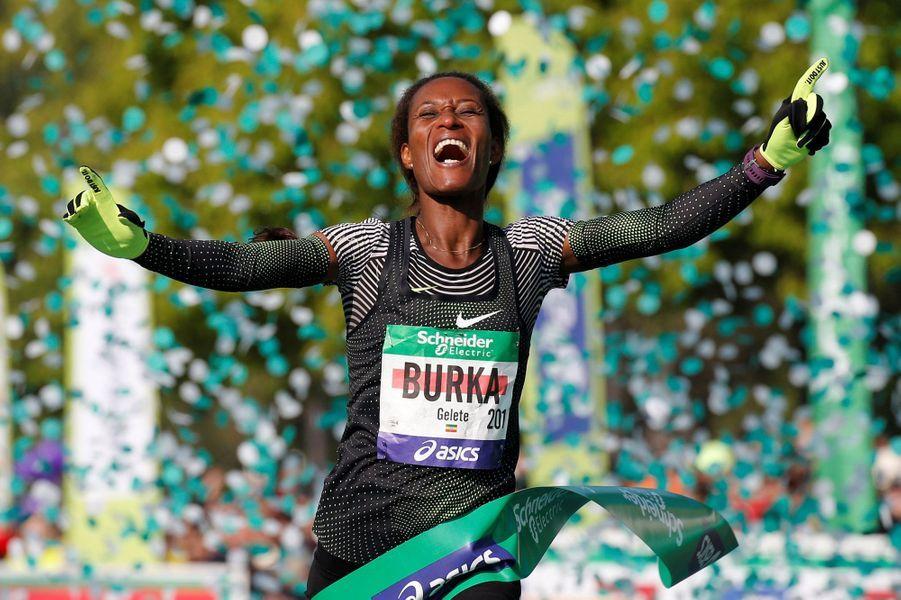 L'Ethiopienne Gelete Burka a remporté l'épreuve féminine en 2h22:48.