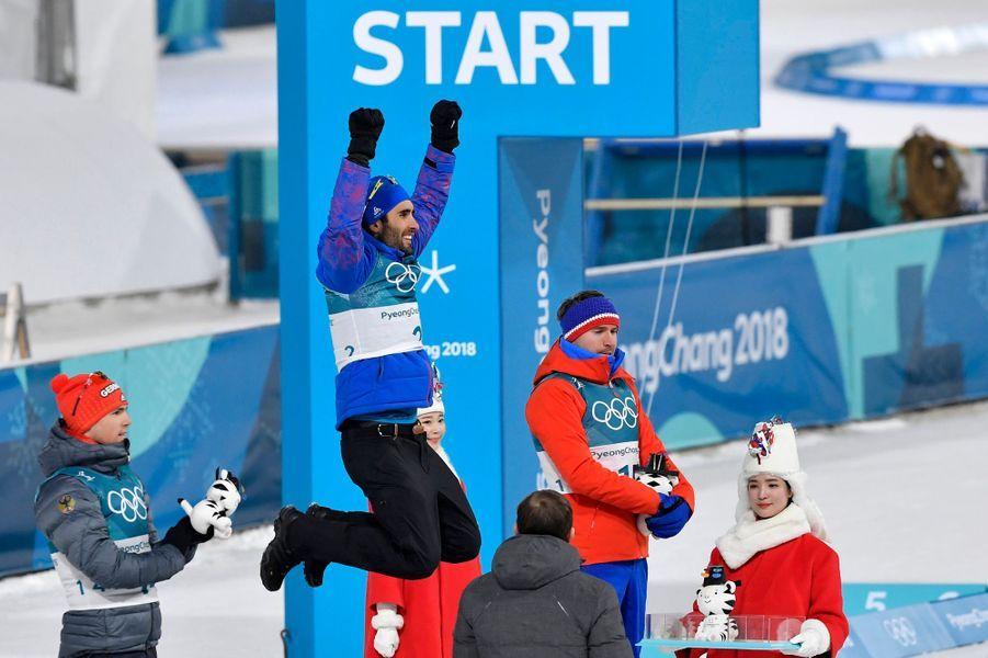 Martin Fourcade exulte sur le podium de sa quatrième médaille d'or.