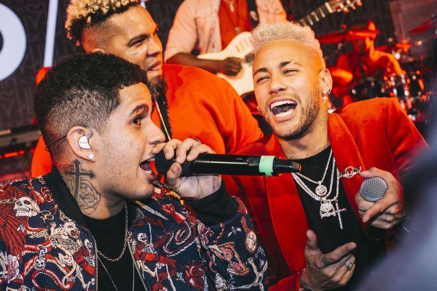 Neymar chante sur scène avec ses amis