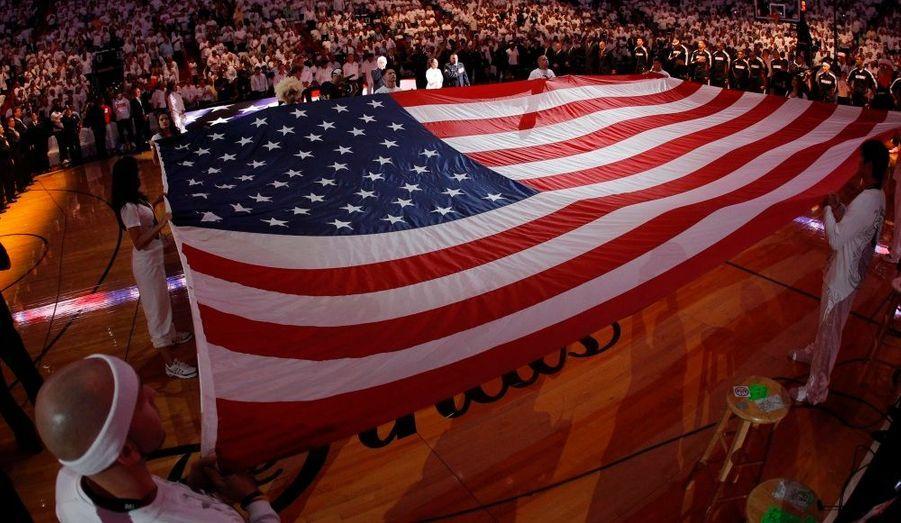 Un drapeau américain est levé pendant la cérémonie d'ouverture de cette finale.