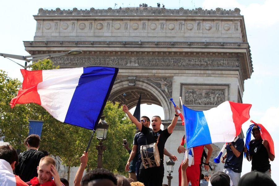 Mondial : La Fièvre Monte, Le Champ De Mars Pris D'assaut ( 23