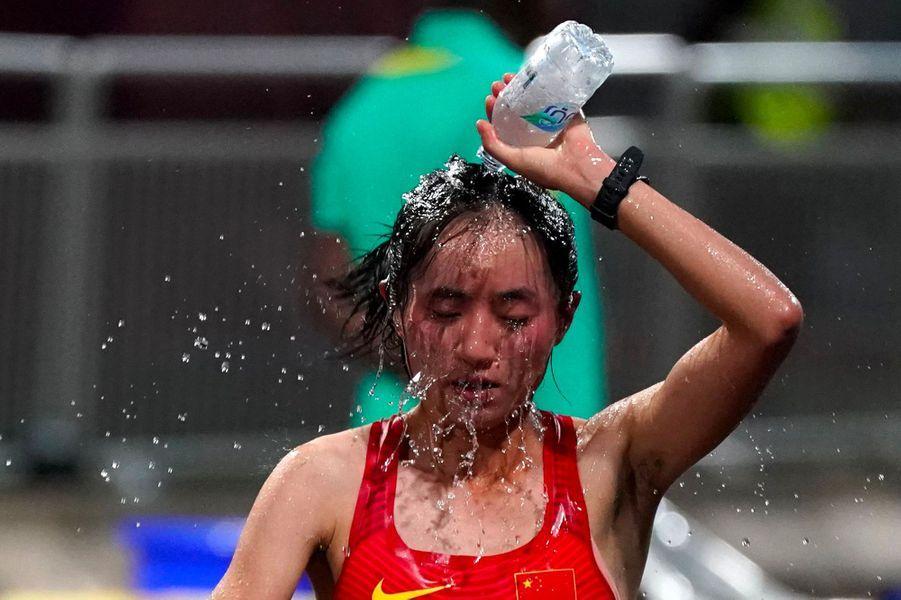 La ChinoiseMa Yugui se rafraîchit, samedi à Doha.