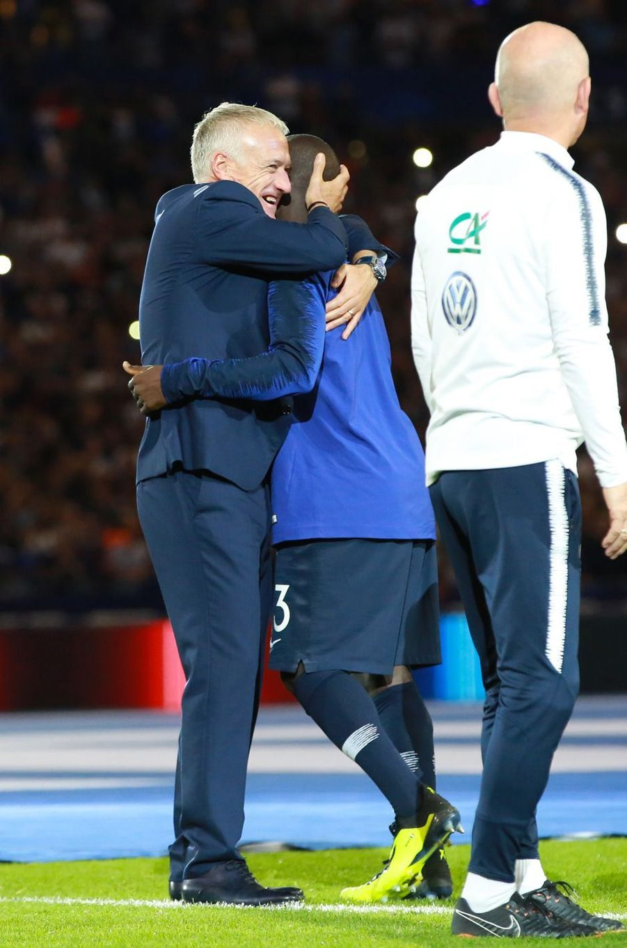 N'Golo Kanté salué par le coach Deschamps dimanche soir au Stade de France.