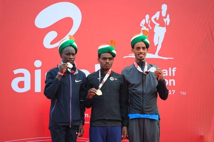 Birhanu Legese (centre) pose avec sa médailled'or aux côtés de Andamlak Belihu (droite) et Leonard Korir (gauche).