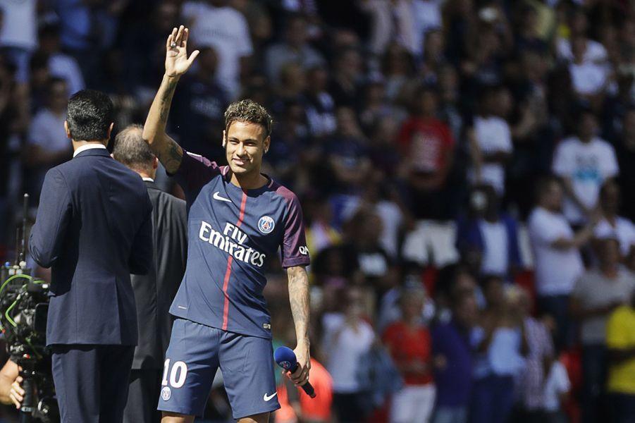 Neymar présenté au Parc des Princes samedi