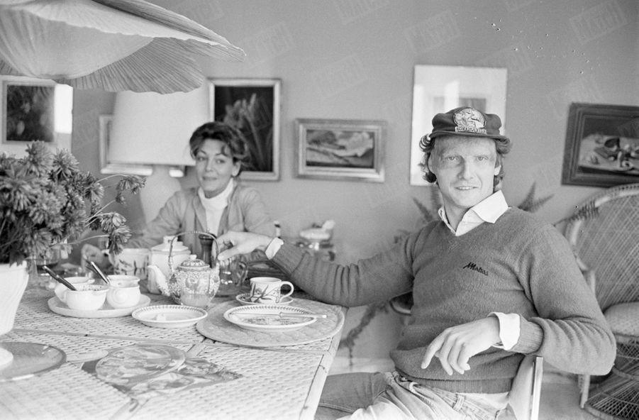 Niki Lauda et son épouse Marlène dans leur chalet près de Salzbourg, en Autriche, en octobre 1977.