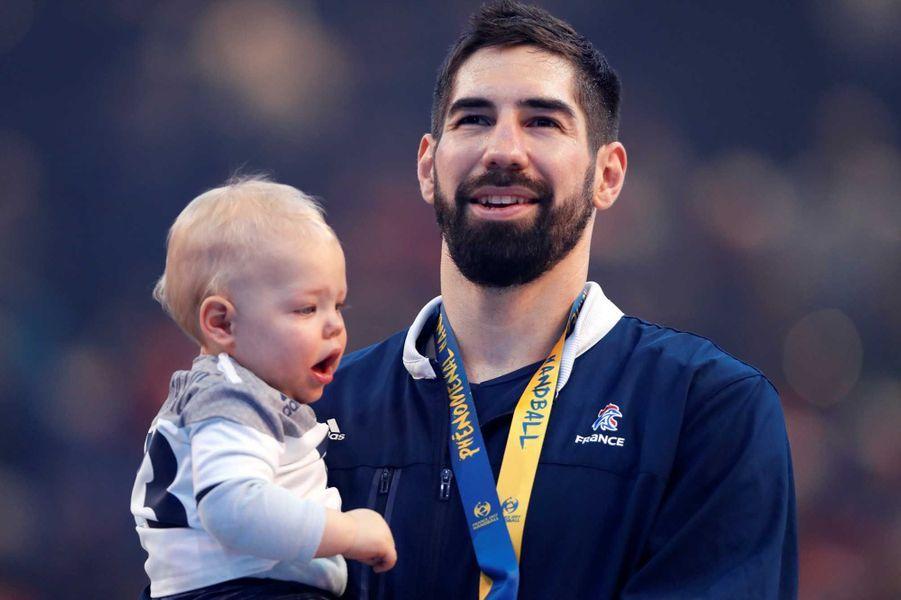 Nikola Karabatic et son bébé Alek après la victoire française lors de la finale des championnats du monde.