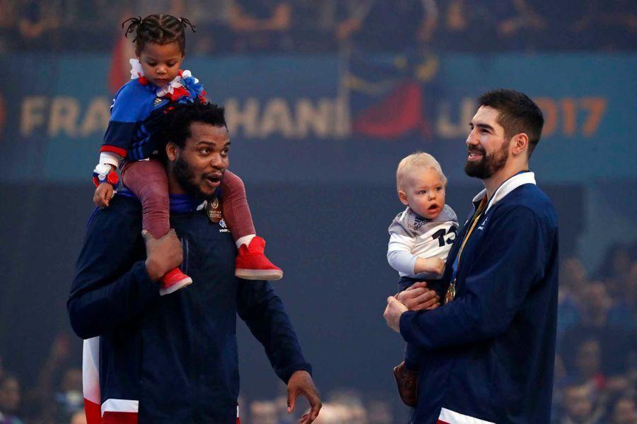 Nikola Karabatic et son bébé Alek après la victoire française lors de la finale des championnats du monde. A gauche, Joël Abati et sa fille.