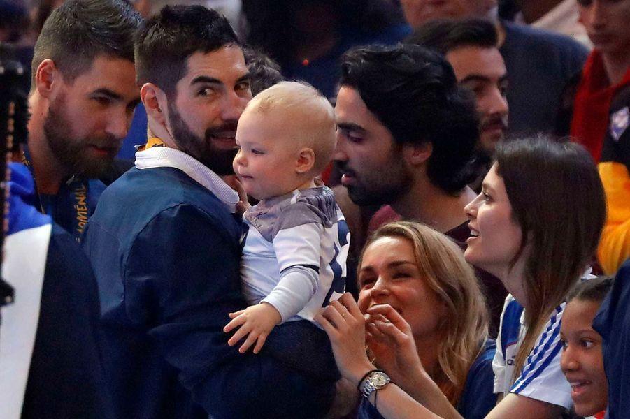 Nikola Karabatic et son bébé Alek après la victoire française lors de la finale des championnats du monde. A droite, sa compagne Géraldine Pillet.