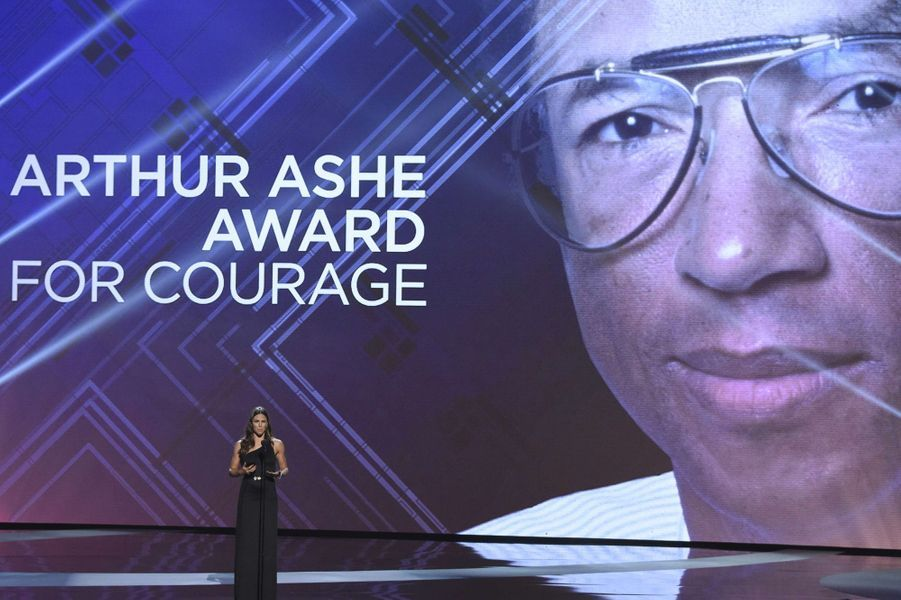 Jennifer Garner sur scène, présente le trophée qui va être remis.