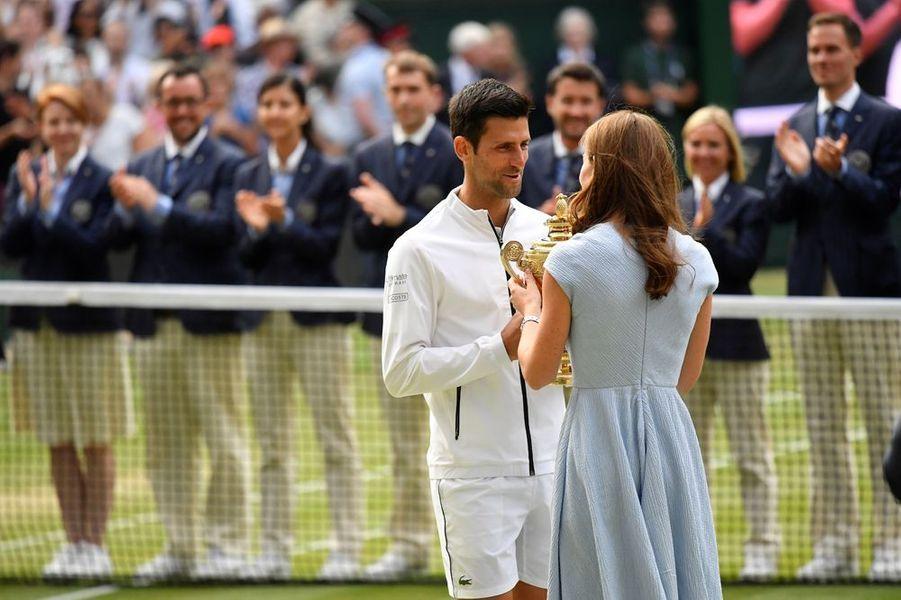 La duchesse de Cambridge Kate Middleton pour remettre le trophée