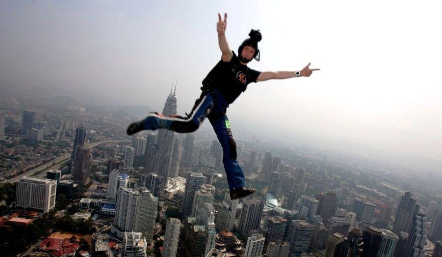 Le base-jumper Deane Smith se jette du haut des tours de Kuala Lumpur, la capitale de la Malaisie.