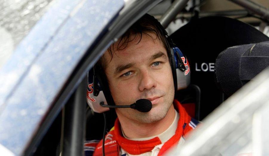 """Il n'y avait plus de suspense. Sébastien Loeb, qui avait plus d'une minute d'avance sur son rival Mikko Hirvonen après l'ES15 du rallye de Grande-Bretagne, a assuré dans la seizième spéciale, ce dimanche, et terminé à 19""""6 du Finlandais, conservant du coup 1'06""""1 de marge au classement général. Le Français, 35 ans, décroche ainsi son sixième titre de champion du monde WRC consécutif au volant de sa Citroën, lui qui avait avant le RAC un point de retard sur le pilote Ford."""