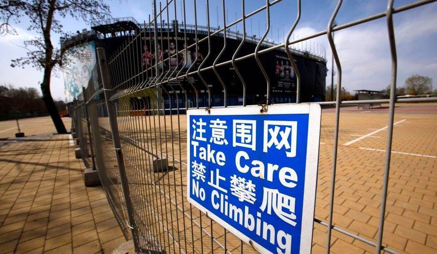 """Quatre ans après les Jeux Olympiques de Pekin, les quelque 80 hectares d'infrastructures sont méconnaissables. Si le stade national –surnommé """"Nid d'oiseau""""- et le complexe aquatique –plus connu sous le nom de """"Cube d'eau""""- accueillent régulièrement des compétitions, certaines installations sportives ont été complètement laissées à l'abandon, voire détruites. Le centre de Kayak, ou encore l'arène de baseball ont fait du site un village fantôme."""