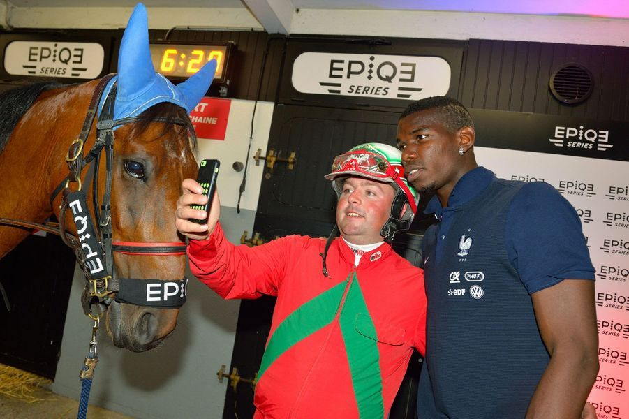 Le jockey-driver Jérémy Gaston Van Eeckhaute avec Paul Pogba