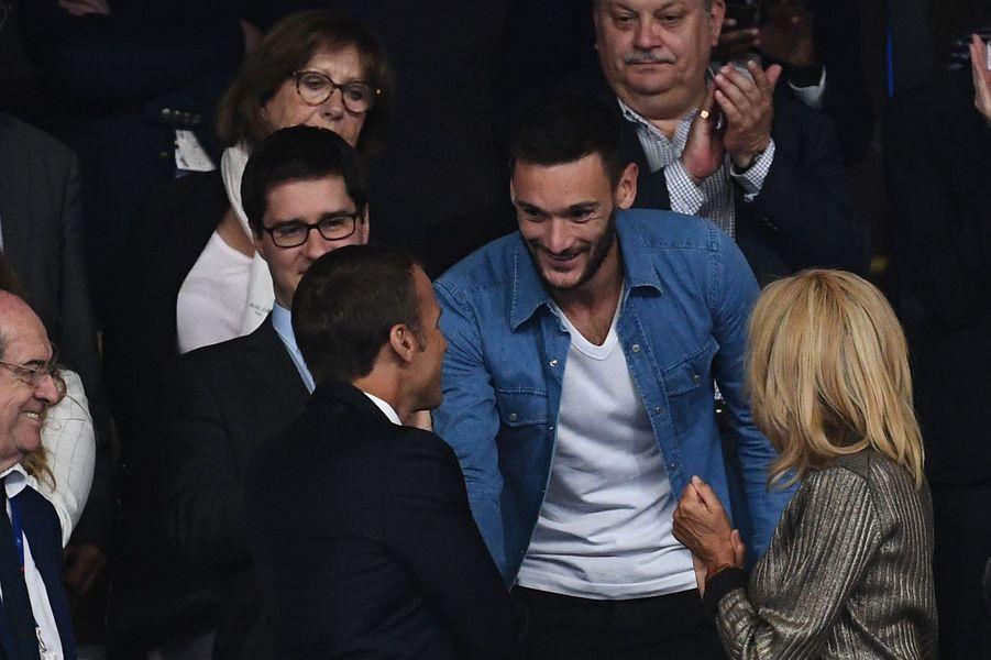 Hugo Lloris salué par le couple présidentiel