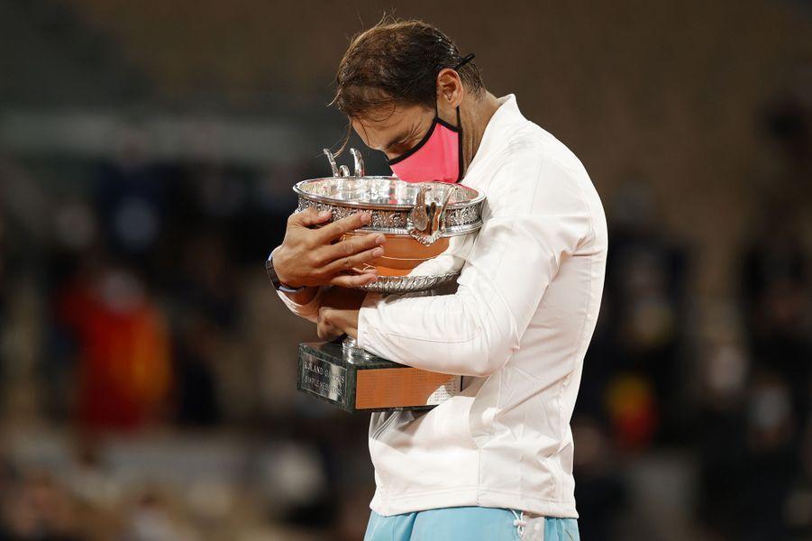 L'Espagnol Rafael Nadal a remporté son treizième titre de Roland-Garros, dimanche, en balayant Novak Djokovic en trois sets.