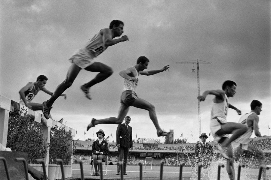 Mexico 1968, le stade olympique assiste à la compétition de 3000 mètressteeple.