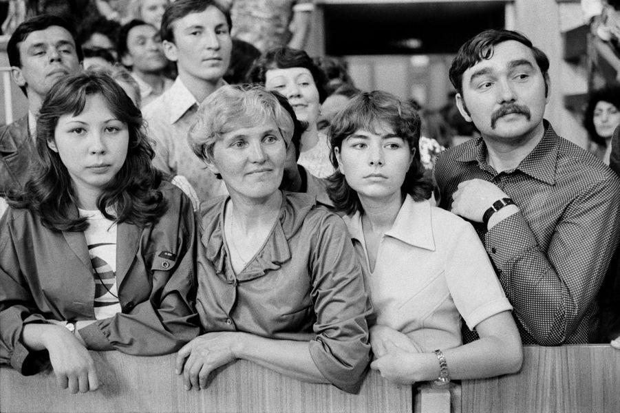 Moscou, 1980. Des spectateurs assistent à la compétition de gymnastique.