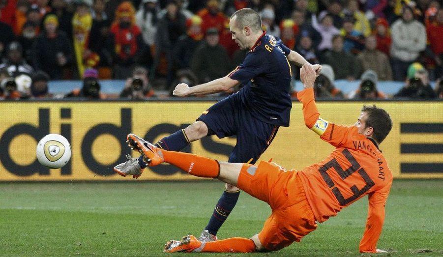 Andres Iniesta délivre les siens d'une frappe croisée.