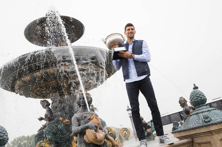 Novak Djokovic devant la fontaine des Mers, place de la Concorde