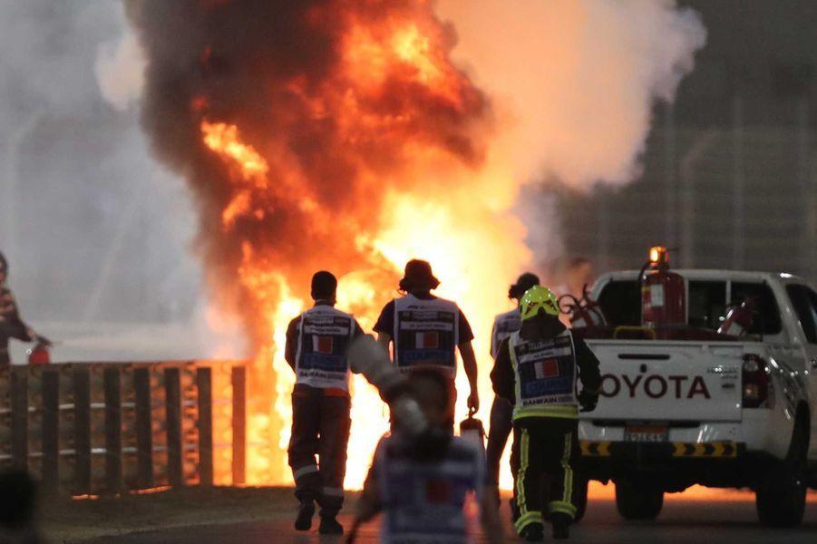 Peu après le départ, la F1 de Romain Grosjeanest sortie de piste à la suite d'un contact avec une des roues du Russe Daniil Kvyat (AlphaTauri) et a heurté les barrières de sécurité. Elle a été coupée en deux avant de s'embraser.
