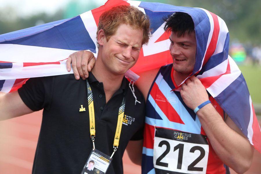 Très impliqué aux Invictus Games, le Prince Harry plaisante avec un athlète britannique.