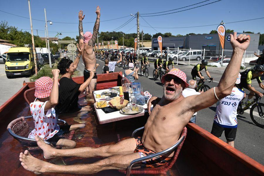 Le 3 septembre, entreLe Teil et Mont Aigoual, ces spectateurs attendent le peloton dans un bain.