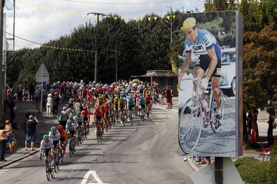 Saint-Leonard-de-Noblat, village deRaymond Poulidor, n'oublie pas son champion. Ici lors de la 12e étape du Tour.