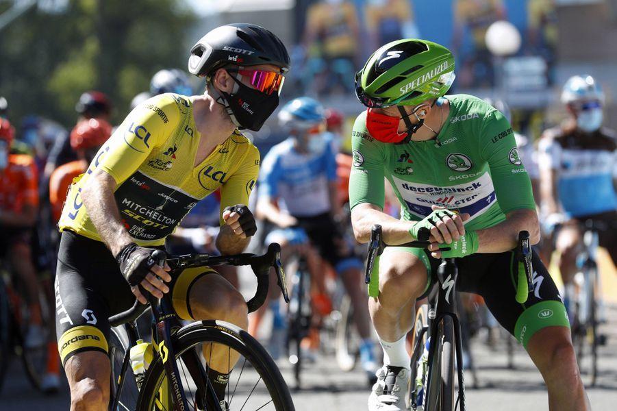 Discussion masquée entrele maillot jaune Adam Yates et le maillot vert Sam Bennett, le 3 septembre.