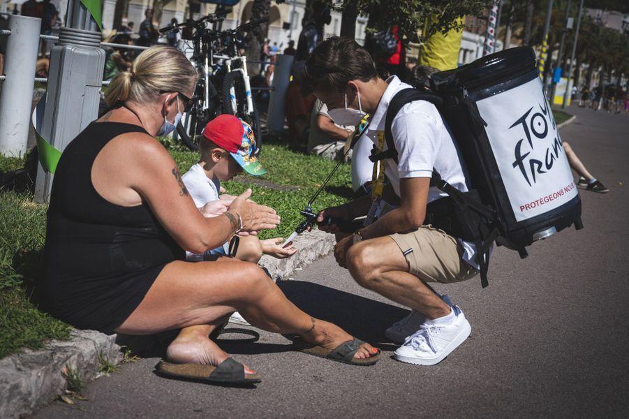 Distribution de gel hydro-alcoolique, à Nice.