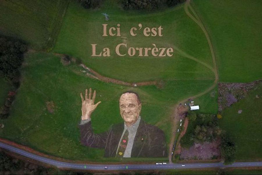 La fresque hommage à Jacques Chirac, dans un pré de Treignac, sur l'étape arrivant à Sarran.