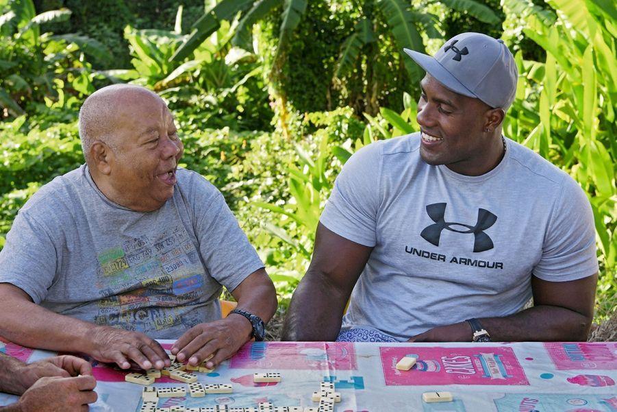 Avec Pierre, son grand-père, qu'il adore, il passe des heures à jouer aux dominos et aux cartes.