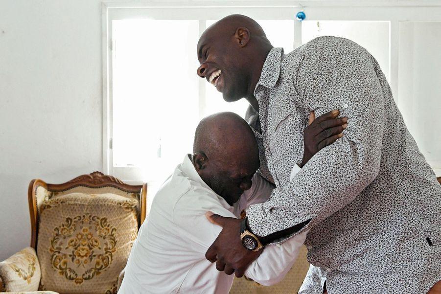 Il chahute avec Maurice,son autre grand-père.