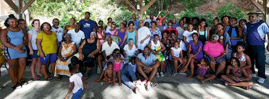 Réunion de famille chez les Riner lors de son passage en Guadeloupe. Teddy, très discret,se tient au dernier rang. Il n'est pas le seul à avoir un gabarit de champion...