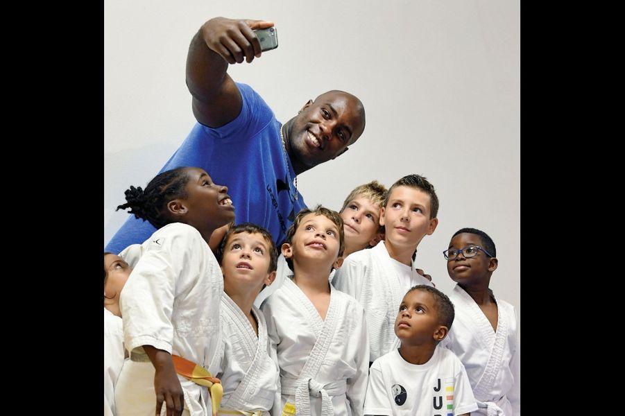 Le champion est sympa : selfie avec les jeunes judokas de son île.