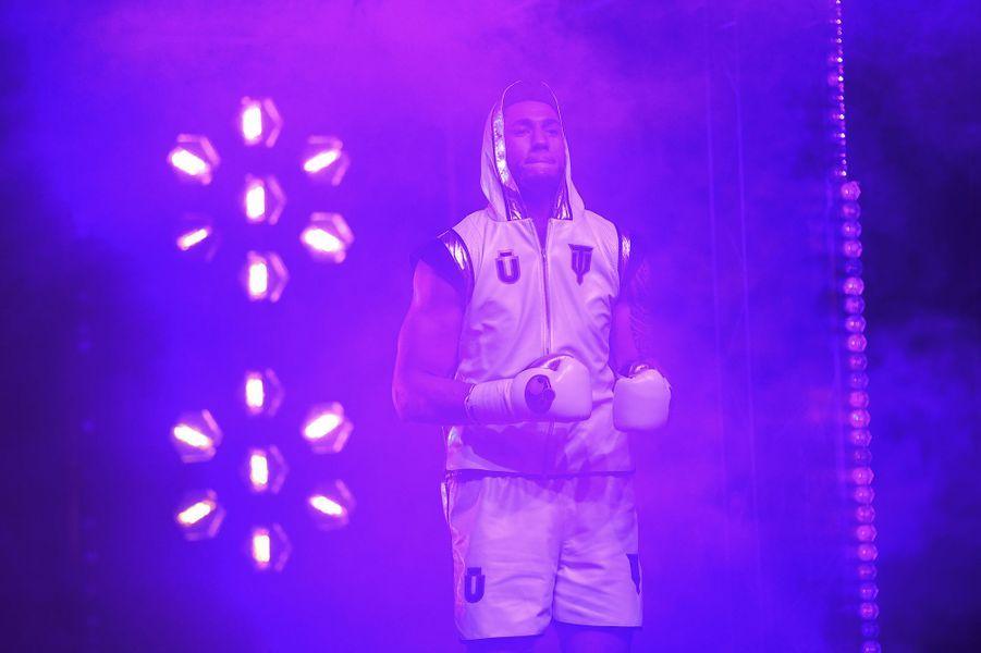 Tony Yoka s'apprête à faire son entrée dans le Palais des Sports de la Porte de Versailles.