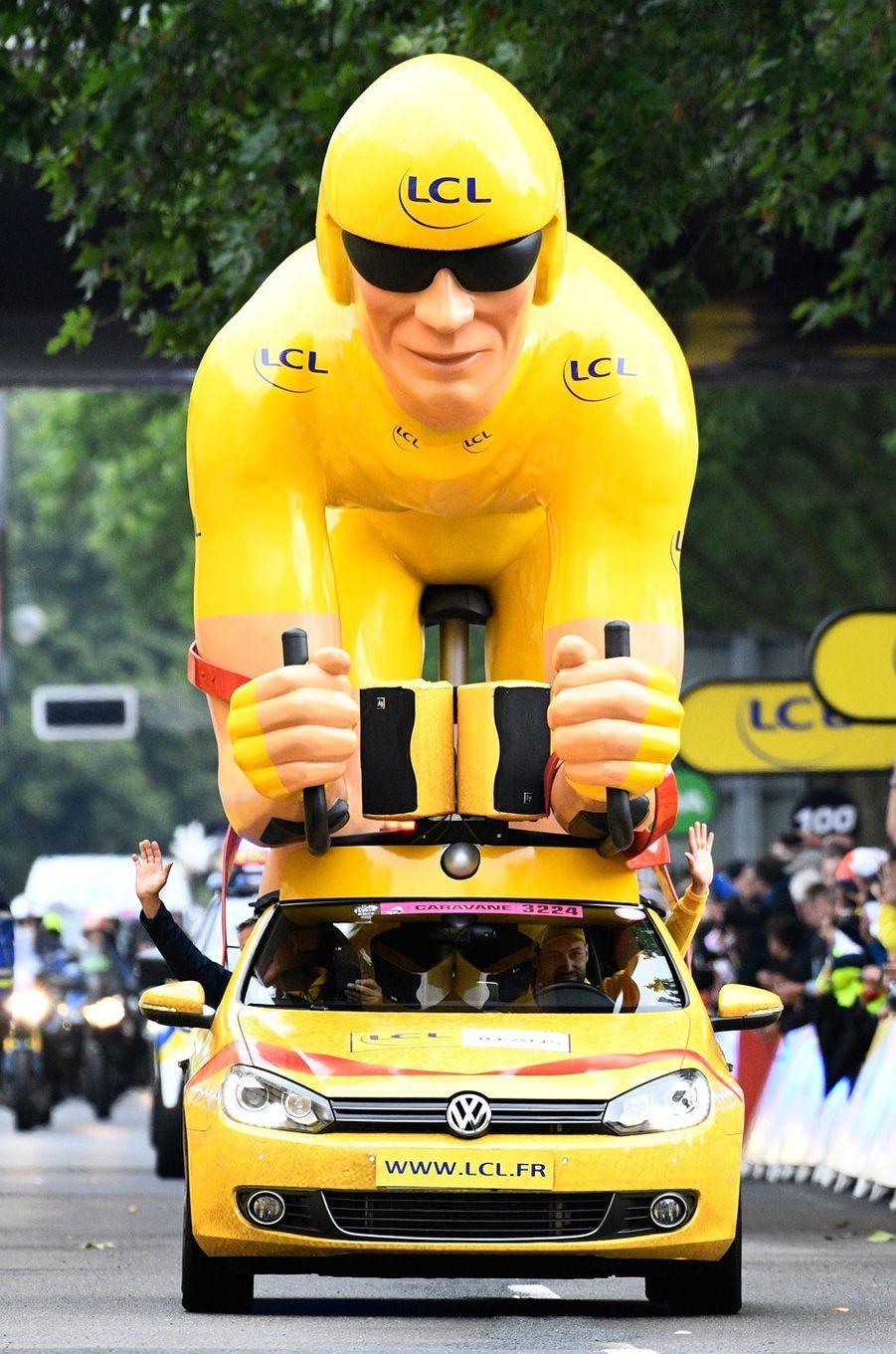 Un véhicule LCL, sponsor du maillot jaune, à Dusseldorf.