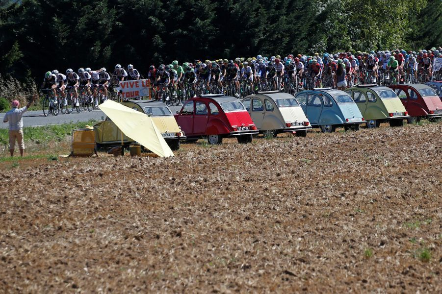 Des 2CV accueillent le peloton lors de l'étape entre Blagnac et Rodez.