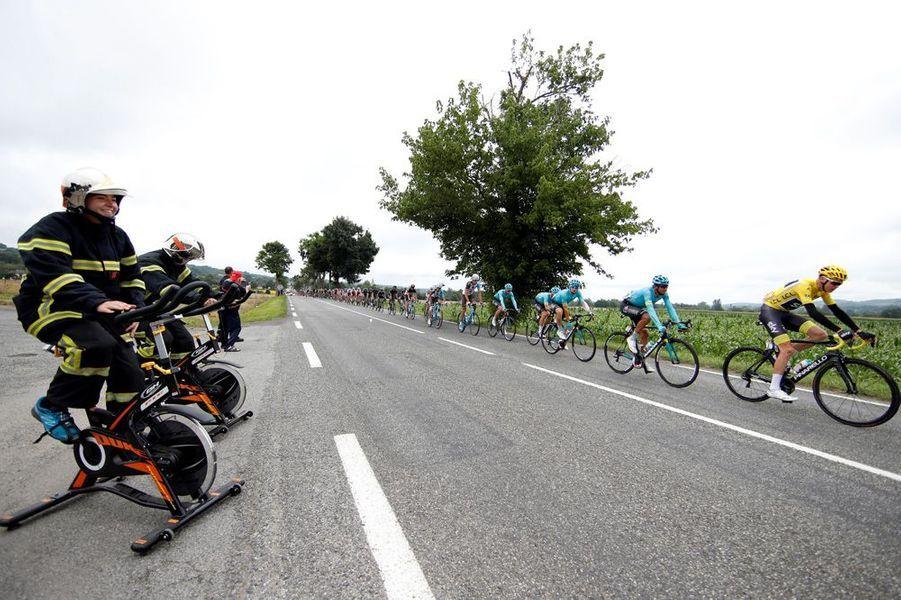 Sur les routes entre Pau et Peyragudes, des pompiers saluent l'arrivée des coureurs.