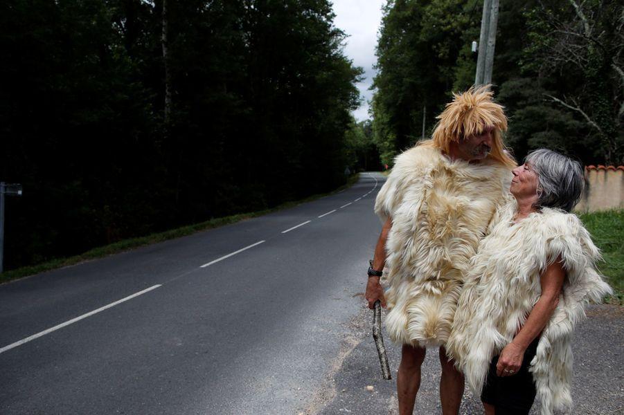 Un couple venu tout droit de la Préhistoire attend les coureurs lors de l'étape entre Perigueux et Bergerac, le 11 juillet.