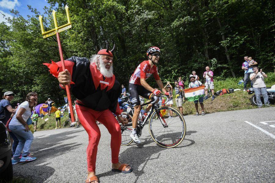 L'allemand Didi Senft , alias «El Diablo» encourage le français Tony Gallopin lors de l'étape entre Nantua et Chambéry.