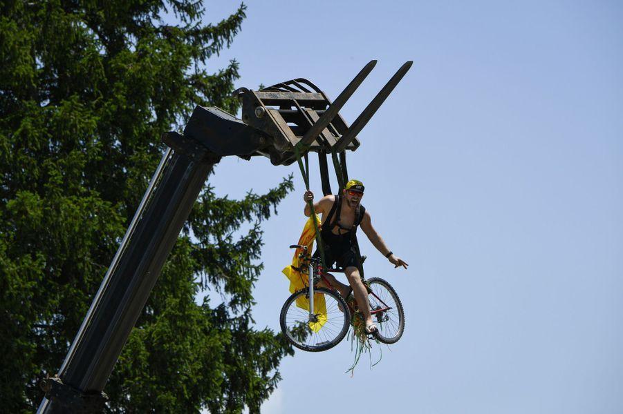 Ce supporter suspendu à une grue s'offre une vue imprenable sur l'étapeDole-Station des Rousses le 8 juillet.