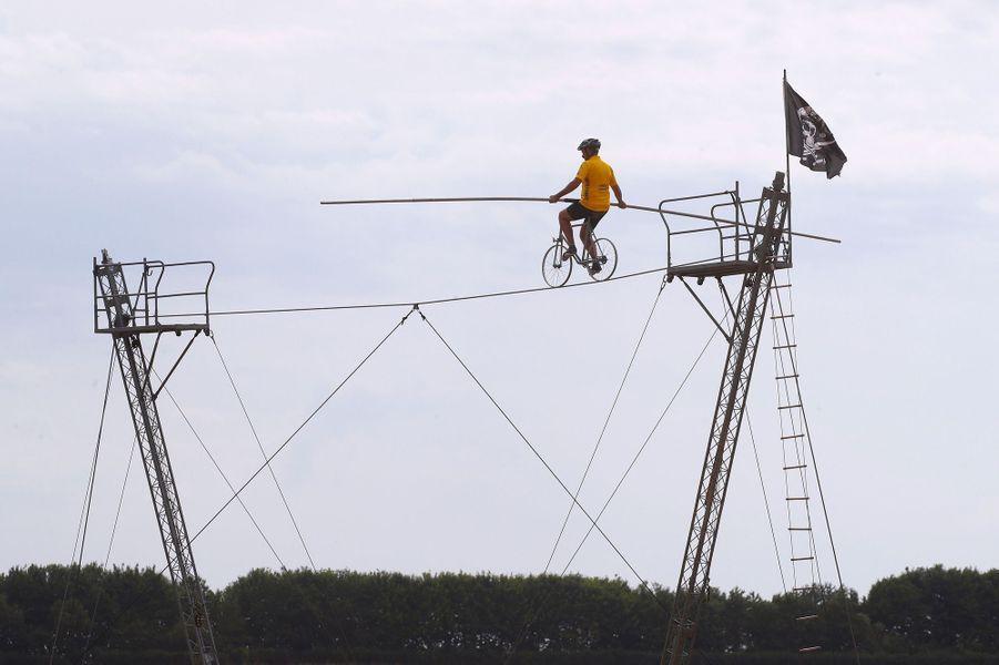 Cet artiste a revêtu le maillot jaune pour saluer le passage du Tour lors de l'étape Vesoul -Troyes.